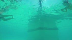 Άνθρωποι στην κολύμβηση λιμνών φιλμ μικρού μήκους