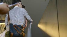 Άνθρωποι στην κυλιόμενη σκάλα απόθεμα βίντεο