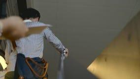 Άνθρωποι στην κυλιόμενη σκάλα φιλμ μικρού μήκους