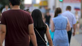 Άνθρωποι στην οδό ζέβους περάσματος Πεζοί στη σύγχρονη οδό πόλεων Οι άνθρωποι διασχίζουν την πίσω άποψη διατομής Στοκ Φωτογραφία