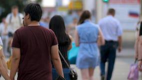 Άνθρωποι στην οδό ζέβους περάσματος Πεζοί στη σύγχρονη οδό πόλεων Οι άνθρωποι διασχίζουν την πίσω άποψη διατομής Στοκ Εικόνες