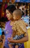 Άνθρωποι στην οδό στο Mandalay, το Μιανμάρ Στοκ εικόνες με δικαίωμα ελεύθερης χρήσης