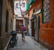 Άνθρωποι στην οδό στο Varanasi, Ινδία Στοκ Εικόνα