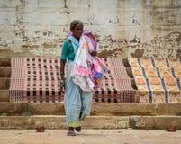 Άνθρωποι στην οδό στο Varanasi, Ινδία Στοκ Φωτογραφία