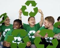 Άνθρωποι στην ομάδα που φορά τα ανακύκλωσης πουκάμισα εικονιδίων και που θέτει για τη φωτογραφία Στοκ φωτογραφία με δικαίωμα ελεύθερης χρήσης