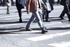 Άνθρωποι στην οδό ζέβους περάσματος Στοκ φωτογραφία με δικαίωμα ελεύθερης χρήσης