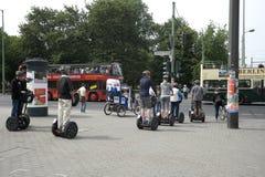 Άνθρωποι στην οδό σε Segway Στοκ εικόνες με δικαίωμα ελεύθερης χρήσης