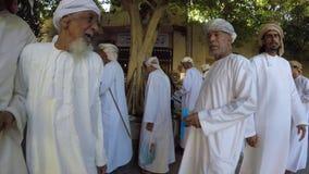 Άνθρωποι στην παλαιά αγορά σε Nizwa φιλμ μικρού μήκους