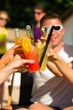 Άνθρωποι στην παραλία που πίνουν έχοντας ένα συμβαλλόμενο μέρος Στοκ φωτογραφία με δικαίωμα ελεύθερης χρήσης