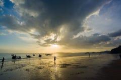 Άνθρωποι στην παραλία στο AO Nang Krabi Στοκ εικόνες με δικαίωμα ελεύθερης χρήσης