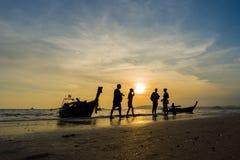Άνθρωποι στην παραλία στο AO Nang Krabi Στοκ Φωτογραφίες