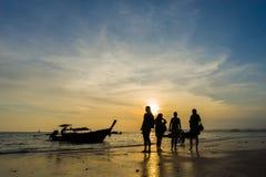 Άνθρωποι στην παραλία στο AO Nang Krabi Στοκ Εικόνες