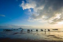 Άνθρωποι στην παραλία στο AO Nang Krabi Στοκ Εικόνα