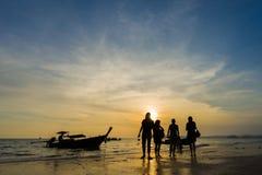 Άνθρωποι στην παραλία στο AO Nang Krabi Στοκ φωτογραφία με δικαίωμα ελεύθερης χρήσης
