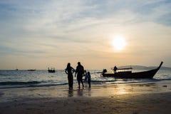 Άνθρωποι στην παραλία στο AO Nang Krabi Στοκ Φωτογραφία