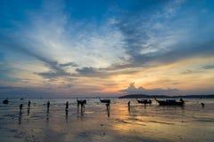 Άνθρωποι στην παραλία AO Nang στο ηλιοβασίλεμα σε Krabi Στοκ Εικόνα