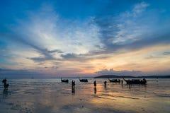 Άνθρωποι στην παραλία AO Nang στο ηλιοβασίλεμα σε Krabi Στοκ φωτογραφία με δικαίωμα ελεύθερης χρήσης