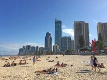 Άνθρωποι στην παραλία Queensland Αυστραλία παραδείσου Surfers στοκ φωτογραφίες με δικαίωμα ελεύθερης χρήσης
