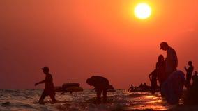 Άνθρωποι στην παραλία βραδιού απόθεμα βίντεο