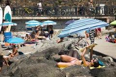 Άνθρωποι στην παραλία σε Levanto, Ιταλία Στοκ Εικόνες