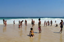 Άνθρωποι στην παραλία Copacabana Στοκ εικόνα με δικαίωμα ελεύθερης χρήσης