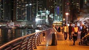 Άνθρωποι στην προκυμαία, μαρίνα του Ντουμπάι νύχτας, Ηνωμένα Αραβικά Εμιράτα απόθεμα βίντεο