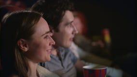 Άνθρωποι στην ταινία προσοχής αιθουσών συνεδριάσεων Χαρούμενοι νέοι στον κινηματογράφο φιλμ μικρού μήκους