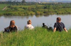Άνθρωποι στην όχθη ποταμού Στοκ εικόνα με δικαίωμα ελεύθερης χρήσης