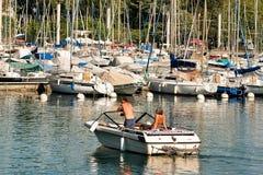 Άνθρωποι στη βάρκα μηχανών στη μαρίνα στη λίμνη Γενεύη Λωζάνη Στοκ εικόνες με δικαίωμα ελεύθερης χρήσης