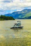 Άνθρωποι στη βάρκα μηχανών στη λίμνη Lomond λιμνών στη Σκωτία, στις 21 Ιουλίου 2016 Στοκ Εικόνες
