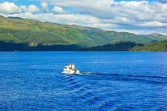 Άνθρωποι στη βάρκα μηχανών στη λίμνη Lomond λιμνών στη Σκωτία, στις 21 Ιουλίου 2016 Στοκ εικόνα με δικαίωμα ελεύθερης χρήσης
