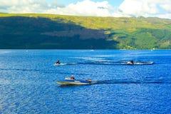 Άνθρωποι στη βάρκα μηχανών στη λίμνη Lomond λιμνών στη Σκωτία, στις 21 Ιουλίου 2016 Στοκ εικόνες με δικαίωμα ελεύθερης χρήσης