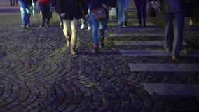 Άνθρωποι στη βιασύνη που διασχίζει cobble ώρα οδικών τη για τους πεζούς, πολυάσχολη πόλεων, κανόνες κυκλοφορίας απόθεμα βίντεο