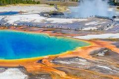 Άνθρωποι στη διάβαση πεζών γύρω από τη διάσημη μεγάλη Prismatic άνοιξη στο εθνικό πάρκο Yellowstone στοκ εικόνα με δικαίωμα ελεύθερης χρήσης