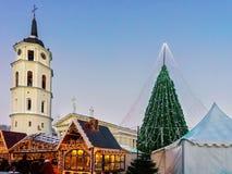 Άνθρωποι στη διακοσμημένη αγορά Vilnius Χριστουγέννων χριστουγεννιάτικων δέντρων και αναμνηστικών Στοκ εικόνα με δικαίωμα ελεύθερης χρήσης
