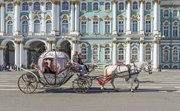 Άνθρωποι στη μεταφορά στο τετράγωνο παλατιών κοντά στο χειμερινό παλάτι του pe του ST Στοκ Φωτογραφίες