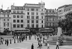 Άνθρωποι στη πλατεία Τραφάλγκαρ στο Λονδίνο γραπτό Στοκ Εικόνες