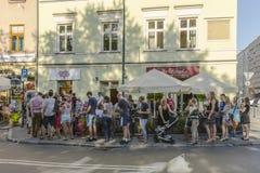 Άνθρωποι στη σειρά αναμονής Στοκ εικόνα με δικαίωμα ελεύθερης χρήσης