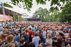 Άνθρωποι στη συναυλία της ορχήστρας ροκ Chaif σε υπαίθριο Στοκ Εικόνες