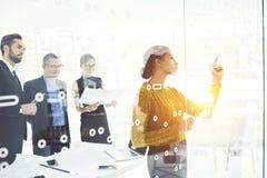 Άνθρωποι στη συνεδρίαση της εργασίας με τους ηγέτες στη αίθουσα συνδιαλέξεων με τις συσκευές και το wifi Στοκ εικόνα με δικαίωμα ελεύθερης χρήσης