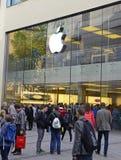 Άνθρωποι στη Apple Store, Μόναχο, Γερμανία Στοκ φωτογραφία με δικαίωμα ελεύθερης χρήσης