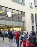 Άνθρωποι στη Apple Store, Μόναχο, Γερμανία Στοκ Εικόνες