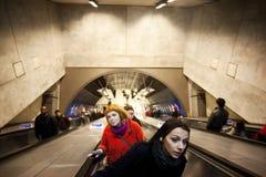 Άνθρωποι στις κυλιόμενες σκάλες Στοκ εικόνα με δικαίωμα ελεύθερης χρήσης