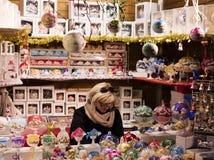 Άνθρωποι στις παραδοσιακές αγορές Χριστουγέννων στο παλαιό πόλης τετράγωνο στην Πράγα, Τσεχία Στοκ φωτογραφίες με δικαίωμα ελεύθερης χρήσης