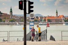 Άνθρωποι στις όχθεις του ποταμού Δούναβης Οι τουρίστες εξετάζουν τη διανομή Στοκ Εικόνα