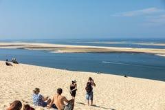 Άνθρωποι στον αμμόλοφο Pilat, ο πιό ψηλός αμμόλοφος άμμου στην Ευρώπη Λα teste-de-Buch, κόλπος του Αρκασόν, Aquitaine στοκ εικόνα