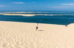 Άνθρωποι στον αμμόλοφο Pilat, ο πιό ψηλός αμμόλοφος άμμου στην Ευρώπη Λα teste-de-Buch, κόλπος του Αρκασόν, Aquitaine, στοκ φωτογραφία