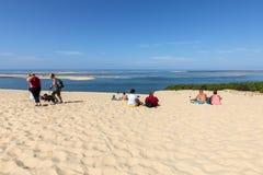 Άνθρωποι στον αμμόλοφο Pilat, ο πιό ψηλός αμμόλοφος άμμου στην Ευρώπη Λα teste-de-Buch, κόλπος του Αρκασόν, Aquitaine στοκ φωτογραφίες