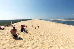 Άνθρωποι στον αμμόλοφο Pilat, ο πιό ψηλός αμμόλοφος άμμου στην Ευρώπη Λα teste-de-Buch, κόλπος του Αρκασόν, Aquitaine στοκ φωτογραφία με δικαίωμα ελεύθερης χρήσης
