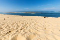 Άνθρωποι στον αμμόλοφο Pilat, ο πιό ψηλός αμμόλοφος άμμου στην Ευρώπη Λα teste-de-Buch, κόλπος του Αρκασόν, Aquitaine στοκ φωτογραφίες με δικαίωμα ελεύθερης χρήσης